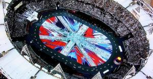 aerial+view+hirst+flag+for+olympic+closing+ceremonies+iihih2